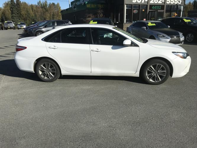 2017 WHITE /black Toyota Camry SE (4T1BF1FK3HU) with an 2.5L L4 DOHC 16V engine, 6A transmission, located at 44152 Sterling Highway, Soldotna, AK, 99669, (907) 262-5555, 60.484917, -151.062408 - Photo #0