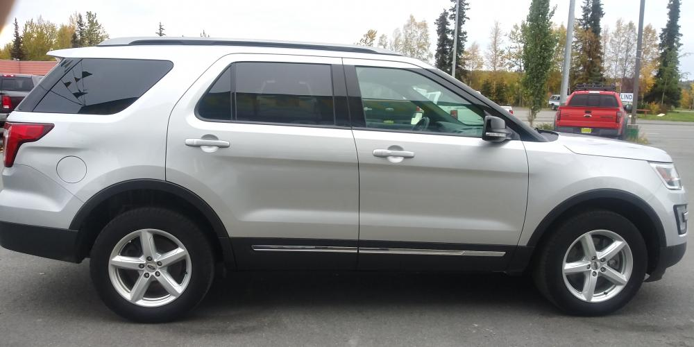 2017 Silver Ford Explorer XLT 4WD (1FM5K8D83HG) with an 3.5L V6 DOHC 24V engine, 6A transmission, located at 44152 Sterling Highway, Soldotna, AK, 99669, (907) 262-5555, 60.484917, -151.062408 - Photo #4