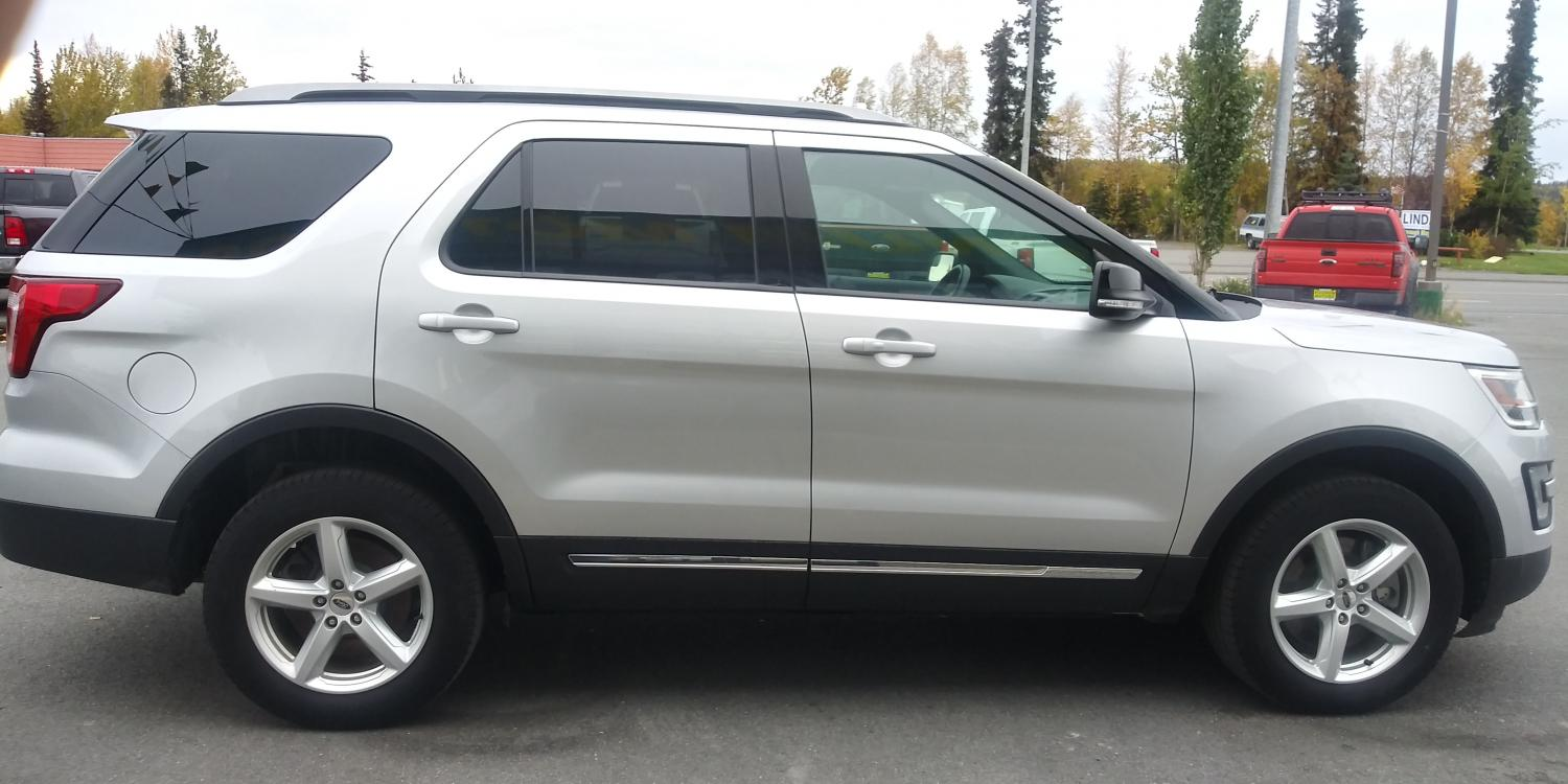 2017 Silver Ford Explorer XLT 4WD (1FM5K8D83HG) with an 3.5L V6 DOHC 24V engine, 6A transmission, located at 44152 Sterling Highway, Soldotna, 99669, (907) 262-5555, 60.484917, -151.062408 - Photo #4